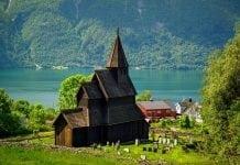dovod-na-usmev-zub-casu-unikatne-miesta-dreveny-kostol-v-norsku